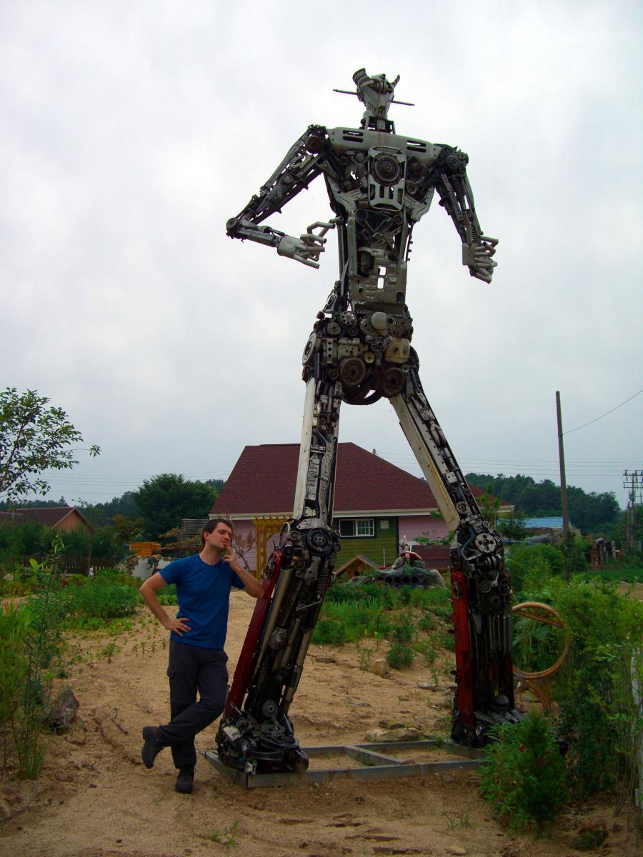 Sébastien Duval beside a junk statue of マジンガーZ (Mazinger Z) in 청주 (Cheongju, South Korea) on 11 July 2009.