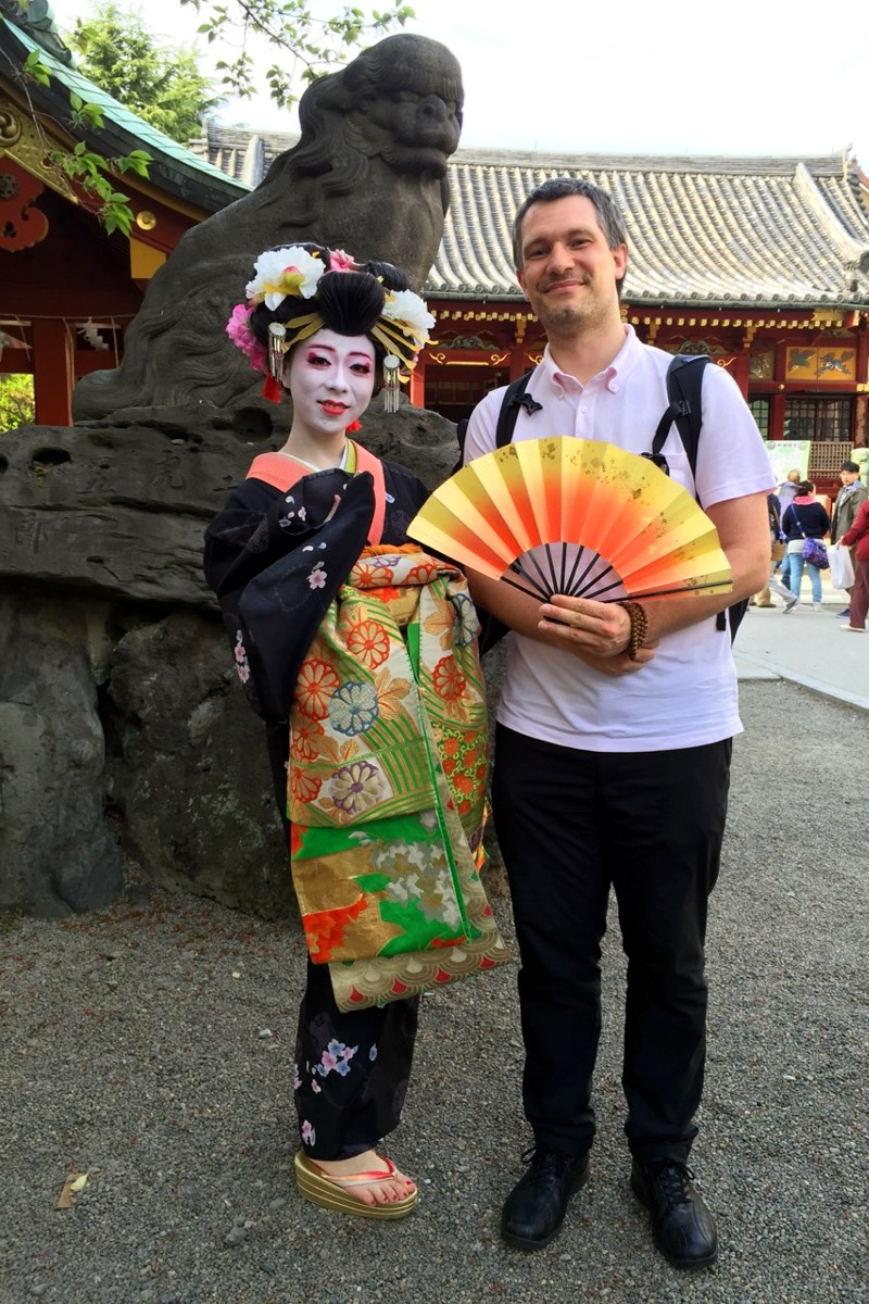 Geisha Otoki-san in kimono with Sébastien Duval holding her fan at Asakusa Shrine (Taito ward, Tokyo, Japan) on 18 April 2015. Photo by Eri.