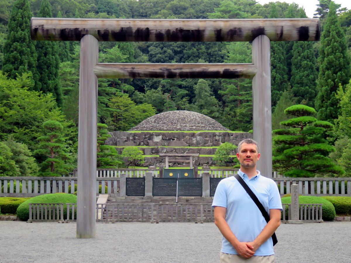 [EN] Sébastien Duval at the mausoleum of Emperor Showa. [FR] Sébastien Duval au mausolée de l'Empereur Showa. [JP] 昭和天皇の武藏野陵で寿春セバスチャン。