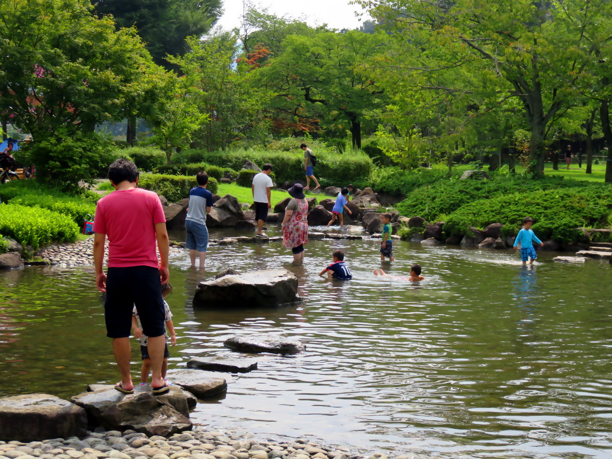 [EN] Children at Ryonan park. [FR] Enfants au parc Ryonan. [JP] 陵南公園で子供。