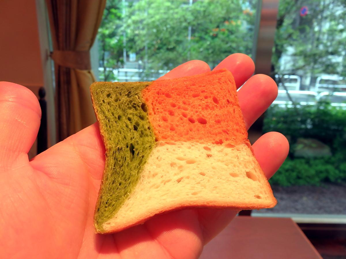 [EN] Bread. [FR] Pain. [JP] パン。